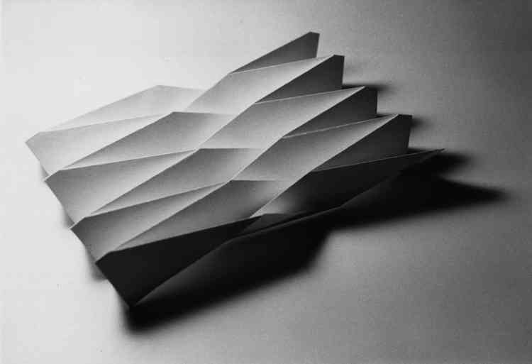 """a history of paper folding Paper airplane history it is generally believed that the chinese were the first to build paper airplanes and kites out of papyrus paper around 2000 years ago since the chinese were early innovators and invented paper """"as we know it today"""", it follows that they would be among the first to find creative uses for the new substance."""